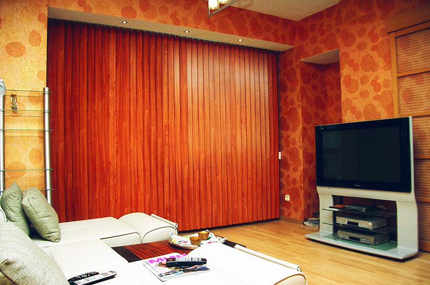 №-15-вертикальные-деревянные-жалюзи-в-гостиной